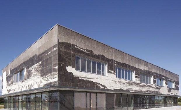 Des photographies reproduites sur le béton des façades